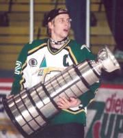 Nommé capitaine en 1998, Steve Bégin soulève la... (Photo Andy Klink, fournie par les Foreurs de Val d'Or) - image 3.0