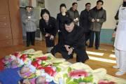 Kim Jong-un se penche avec bienveillance sur une... (PHOTO AFP/KCNA) - image 2.0