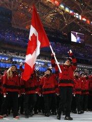 La porte-drapeau Hayley Wickenheiser a fait son entrée... (Photo Jim Young, Reuters) - image 2.0