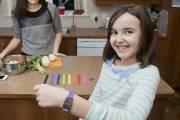 Emma Roberge, 11 ans, a des bracelets médicaux... (Photo Jessica Garneau, Imacom\ La Tribune) - image 3.0