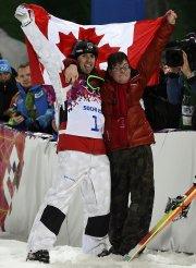 Alexandre Bilodeau a célébré sa victoire avec son... (Photo Dylan Martinez, Reuters) - image 3.0