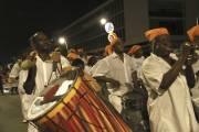 Des carnavaliers qui bougent sur les rythmes... (Photo Erika Peter, La Presse) - image 2.0