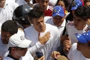 Leopoldo Lopez (au centre)... (Photo Carlos Garcia Rawlins, Reuters) - image 1.0
