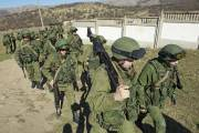 Des soldats, que l'on présume russes, marchent en... (PHOTO DAVID MDZINARISHVILI, REUTERS) - image 2.0