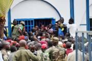 Lundi, des files d'attente interminables se sont formées... (PHOTO SIA KAMBOU, AFP) - image 2.0