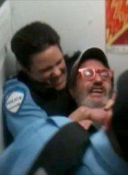 La vidéo de l'intervention musclée de la policière... (Image tirée de YouTube) - image 2.0