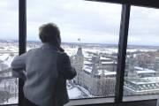 La première ministre contemple la vue imprenable sur... (PHOTO KATIA GAGNON, LA PRESSE) - image 5.0