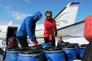 Déchargement de l'avion King Air qui transportait les... (Jean-Sébastien Massicotte) - image 1.0