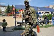 Un homme armé, en treillis militaires, monte la... (PHOTO GENYA SAVILOV, AFP) - image 2.0