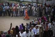 Des électeurs s'entassent devant un bureau de scrutin... (Photo Reuters) - image 2.0
