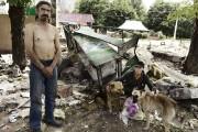 Des gens fouillent dans les décombres de leur... (PHOTO STANLEY GREENE, COLLABORATION SPÉCIALE) - image 2.0
