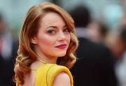 L'actrice américaine Emma Stone arbore des boucles glamour... (PHOTO BEN STANSALL, AFP) - image 2.0