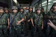 Des soldats arrivent sur les lieux d'une manifestation... (PHOTO DAMIR SAGOLJ, REUTERS) - image 2.0