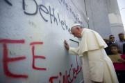 Le pape Françoisa posé ses mains surla barrière... (PHOTO ASSOCIATED PRESS) - image 2.0