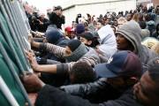 Plusieurs dizaines de migrants ont depuis deux jours... (PHOTO THIBAULT VANDERMERSCH, AP) - image 2.0