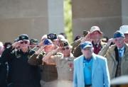 Des vétérans américains font le salut militaire durant... (PHOTO DAMIEN MEYER, AFP) - image 3.0