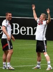 Lukas Podolski et Bastian Schweinsteiger... (Photo Patrik Stollarz, AFP) - image 4.0