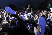 Misteur Valaire porté par la foule... (Photo Bernard Brault, La Presse) - image 1.1