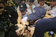 Des incidents ont mis aux prises mercredi les... (PHOTO EDWARD LAU, REUTERS) - image 3.0