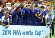 Les Oranje posent avec leur médaille de bronze... (PHOTO REUTERS) - image 1.0