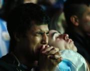 Un partisan argentin en pleurs.... (Photo IVAN ALVARADO, Reuters) - image 2.0