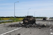 Des carcasses de blindés entravent la route menant... (PHOTO DOMINIQUE FAGET, AFP) - image 1.0