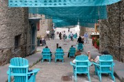 L'ensemble est complété par des chaises Adirondack turquoise,... (Le Soleil, Yan Doublet) - image 4.0