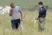 Des personnes recherchent des corps sur le site... (PHOTO DOMINIQUE FAGET, AGENCE FRANCE-PRESSE) - image 2.0