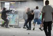 Un policier se sert des gaz lacrymogènes pour... (PHOTO JACQUES DEMARTHON,, AFP) - image 1.0