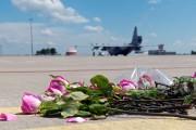 Des fleurs ont été déposées sur le tarmac... (PHOTO SERGEY BOBOK, AFP) - image 2.0
