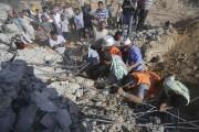 Des Palestiniens recherchent des survivants dans les décombres... (PHOTO IBRAHEEM ABU MUSTAFA, REUTERS) - image 3.0