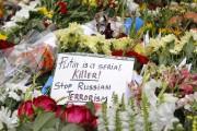 Des fleurs et des messages antirusses ont été... (PHOTO VALENTYN OGIRENKO, ARCHIVES REUTERS) - image 2.0