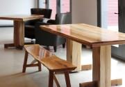 Banc en érable et cerisier, table de salle... (Photo Ariane Landa Nadeau) - image 1.0