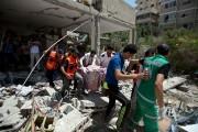 Des sauveteurs évacue le corps d'une femme des... (Photo Mahmud Hams, Agence France-Presse) - image 3.0