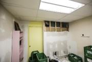 Dans l'arrière-boutique, des dégâts d'eau venant du plafond... (PHOTO EDOUARD PLANTE-FRÉCHETTE, LA PRESSE) - image 1.0