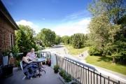 Marie Trudeau et Daniel Constantineau sur leur balcon-terrasse,... (PHOTO MARCO CAMPANOZZI, LA PRESSE) - image 1.0