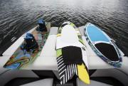 Sur un wakeboard (à gauche), les bottes qu'enfile... (PHOTO SIMON GIROUX, LA PRESSE) - image 6.0