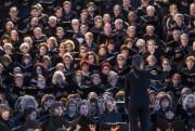 Les quelque 1500 choristes, tous vêtus de noirs,... (Photo: Olivier Pontbriand, La Presse) - image 2.0