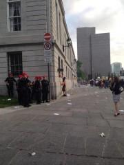 Quelques policiers assistaient à la scène, sans intervenir.... (Photo tirée de Twitter, @C_ArseneaultNDG) - image 2.0