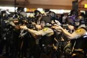 Des policiers pointent leurs armes en direction des... (PHOTO JOSHUA LOTT, REUTERS) - image 3.0