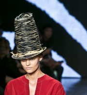 Grandi par un chapeau monumental ou transformé par... (Photo Bebeto Matthews, AP) - image 2.0