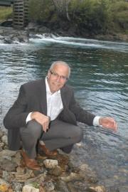 Le maire de Ristigouche-Partie-Sud-Est, François Boulay, considère l'eau... (PHOTO COLLABORATION SPÉCIALE GILLES GAGNÉ) - image 1.0
