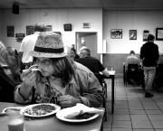 Jusqu'à 11h30, on dîne à l'Accueil Bonneau, dans... (PHOTO MARCO CAMPANOZZI, LA PRESSE) - image 2.0
