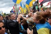 Le président ukrainien Porochenko saluant la foule rassemblée... (Photo FRED CHARTRAND, PC) - image 1.0