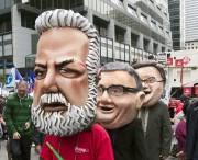 Des manifestants portaient des masques de Philippe Couillard,... - image 1.0