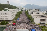 Environ 3000 étudiants d'universités diverses, vêtus de T-shirts... (PHOTO TYRONE SIU, REUTERS) - image 3.0