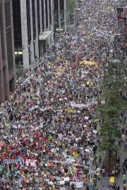 Une foule estimée à plus de 400000 personnes... (PHOTO ADREES LATIF, REUTERS) - image 2.0