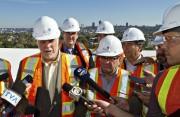 Durant sa visite du chantier, M.Couillard (à gauche)... (PHOTO CLÉMENT ALLARD, PC) - image 1.0