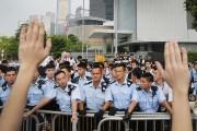 Un étudiant lève les mains pour démontrer aux... (PHOTO WONG MAYE-E, AP) - image 4.1