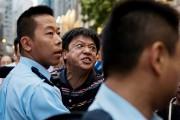 Un contre-manifestant est retenu par les policiers, à... (PHOTO ALEX OGLE, AFP) - image 3.0